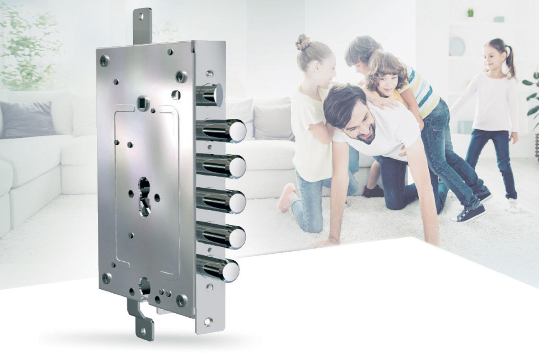 serratura di sicurezza multifunzione per porta blindata con un papà che gioca con i bambini sullo sfondo