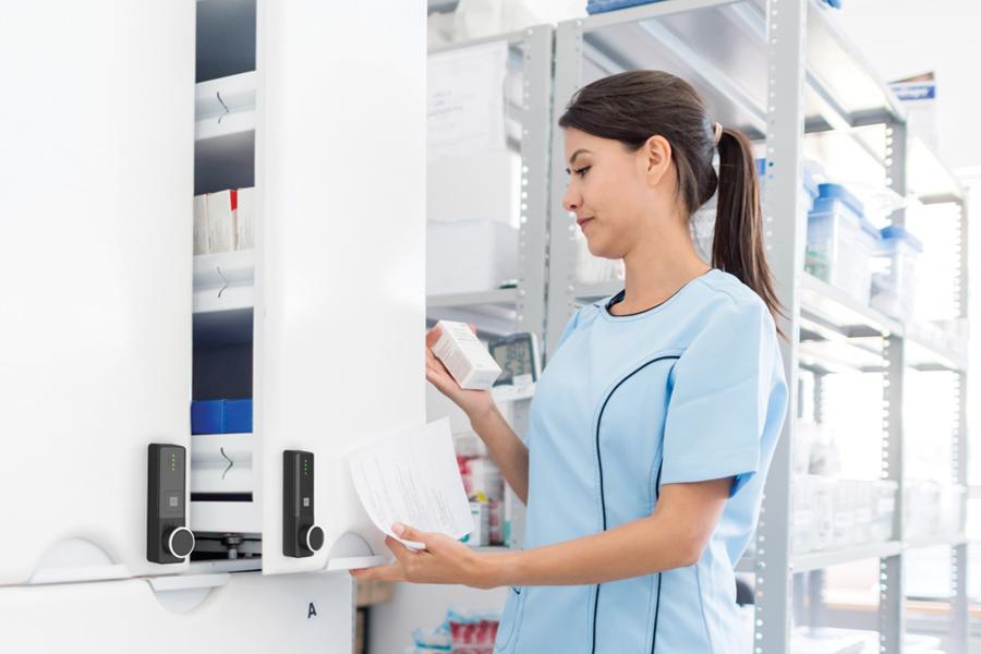 Vrouw opent medicijnkast met ENiQ LoQ