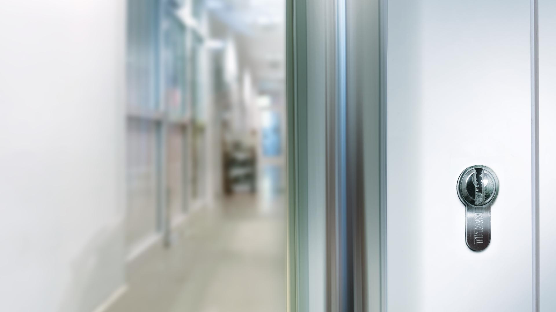 Glass door with TITAN cylinder
